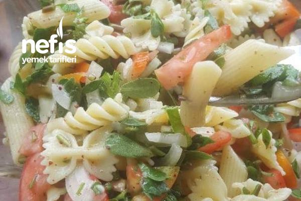 Semiz Otlu Makarna Salatası Tarifi