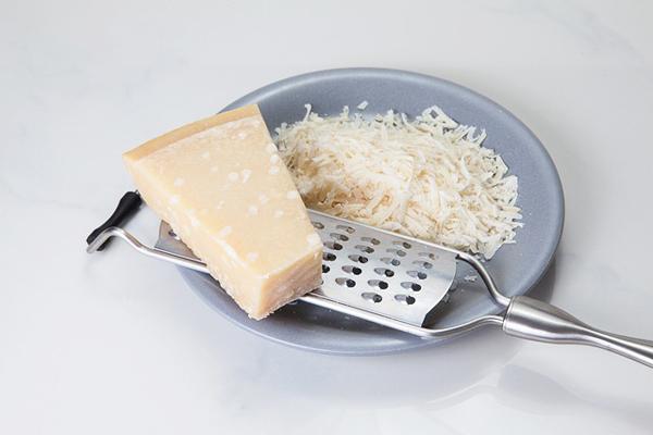 Parmesan Peyniri Nedir? 700 Yıllık Lezzet Sırları Tarifi