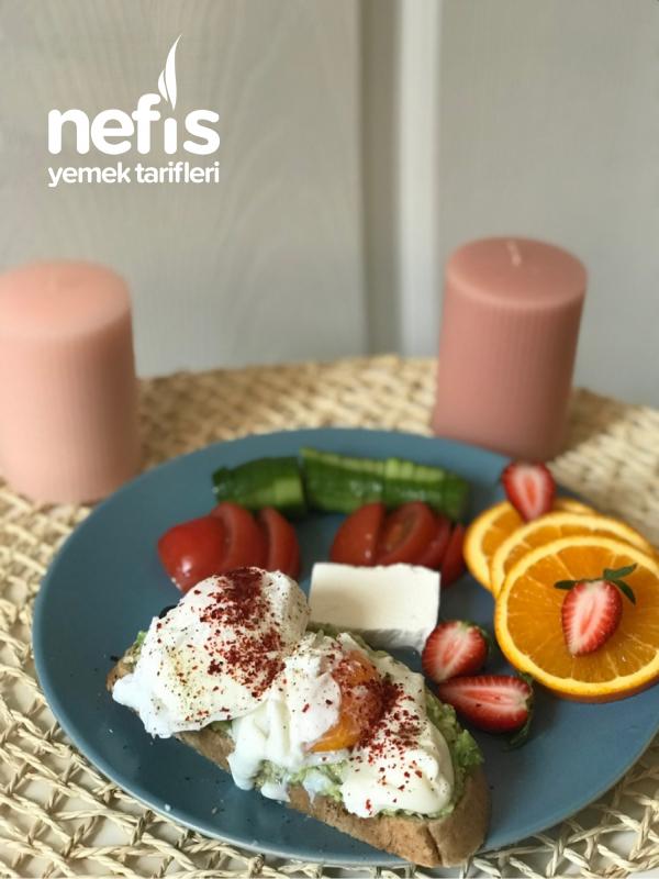 Poşe Yumurtalı Avokadolu Doyurucu Kahvaltı Tabağı
