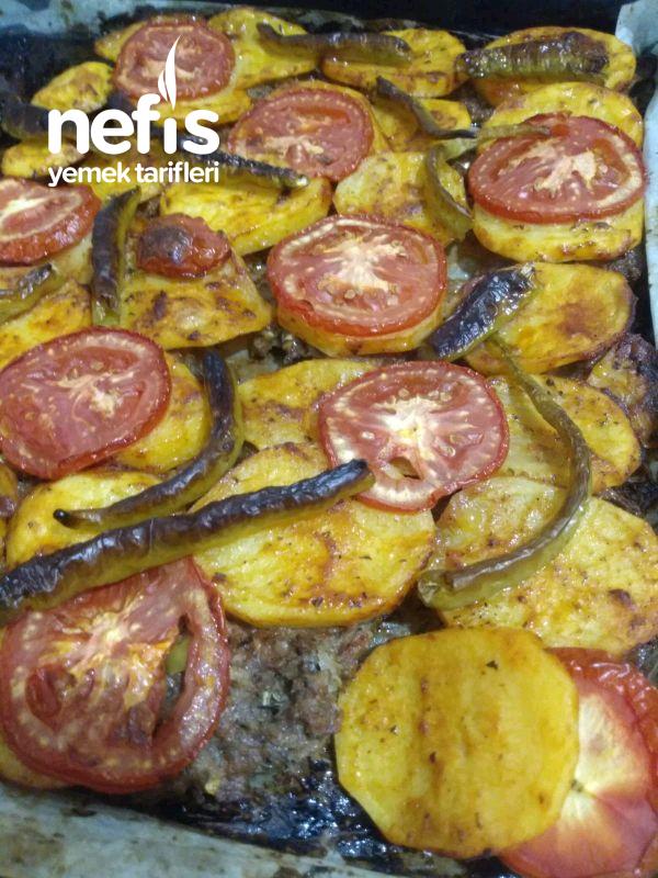 Tepsi Kebabı Üzerinde Patates