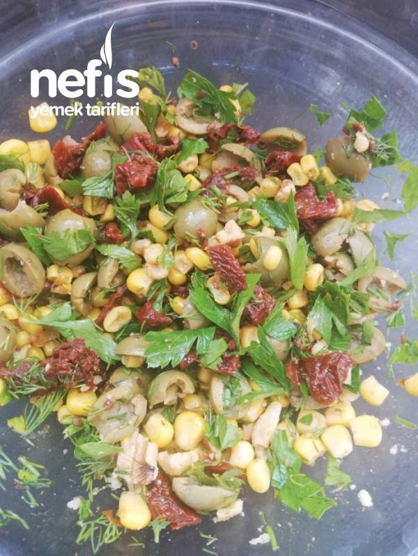 Yeşil Zeytinli Kuru Domates Salatasi