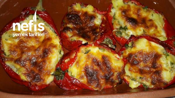Kırmızı Biber Yatağinda Kaşarli Patates Salatasi