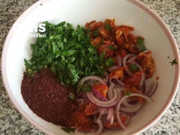 Kuru Domatesli Ve Yumurtalı Soğan Salatası ( Enfes Lezzet )