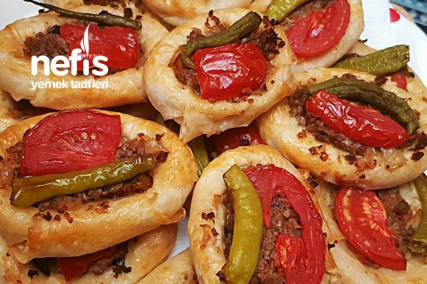 Hazır Yufkadan Patlıcanlı Ve Kıymalı Sandal Börek Tarifi (Videolu)