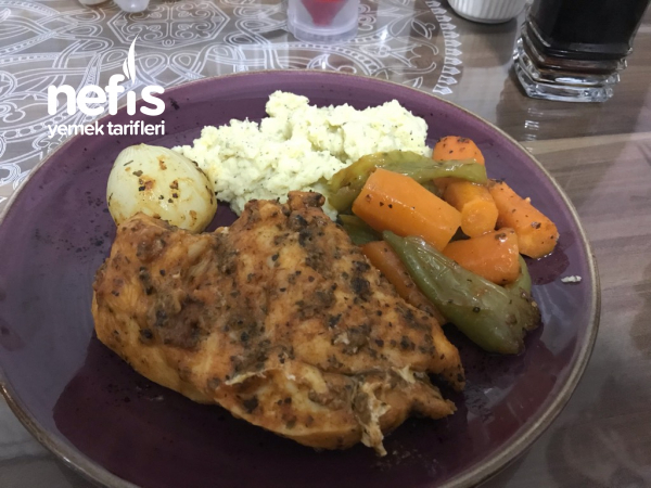 Fırında Sebzeli Tavuk Yanında Patestes Püresi