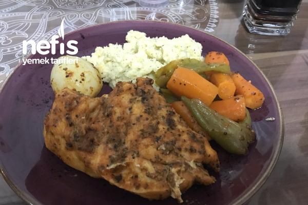 Fırında Sebzeli Tavuk Yanında Patatesi Püresi Tarifi