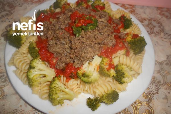 Brokolili Domatesli Kıymalı Makarna Tarifi