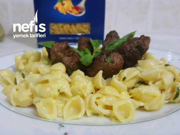 Kremalı,peynirli,fesleğen Kokulu Makarna Ve Anne Köftesi