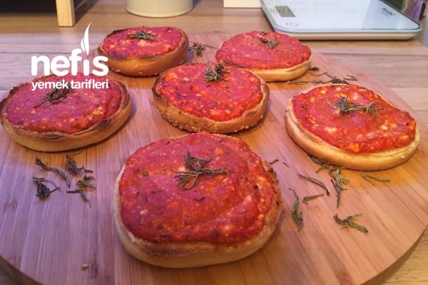 Hamburger Ekmeklerinden Pizza Tarifi