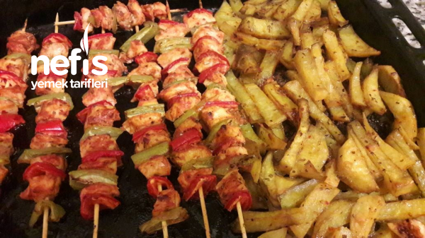 Fırında Şişte Tavuk Ve Soslu Patates