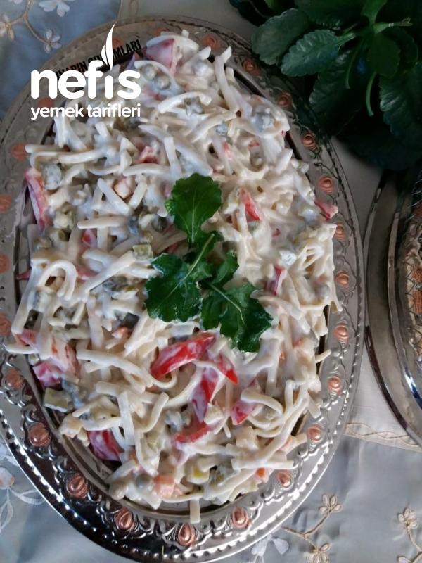 Yoğurtlu Garnitürlü Erişte Salatası