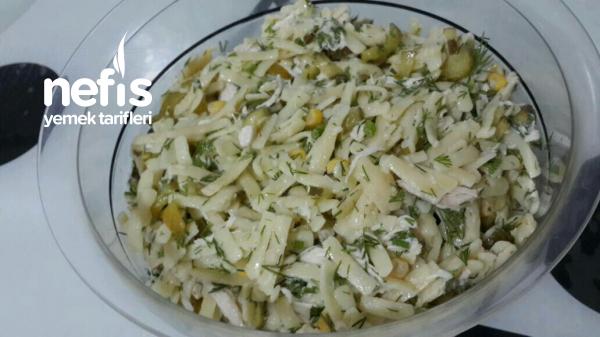 Tavuklu Erişte Salatası Yiyen Bir Tabak Daha İstiyor