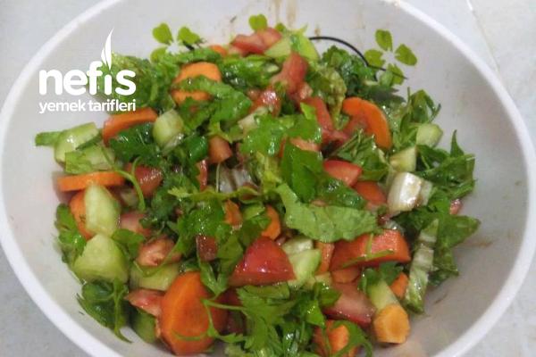 Yemeklerimin Yanında Vazgeçilmez Olan Pratik Salatam Tarifi