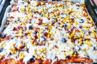 Bol Malzemos Aile Boyu Tepsi Pizzası (Hamuru Harika) Tarifi