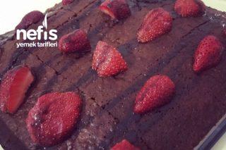 Çilekli Çikolata Soslu Kek Tarifi
