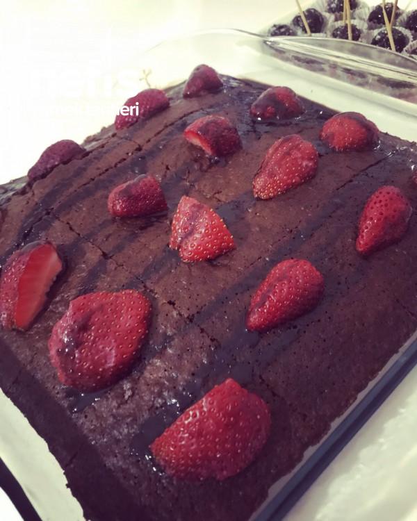 Çilekli Çikolata Soslu Kek