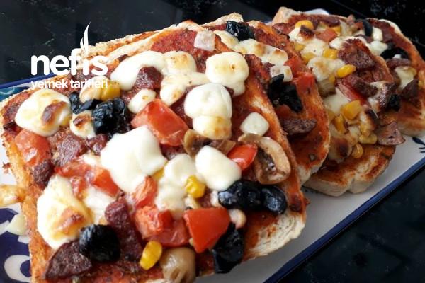 Tost Ekmeğinde Pizza (Kahvaltıyı Şölene Çevirin) Tarifi