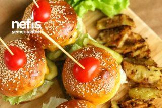 Hamburger (Ekmeği Köftesi Çıtır Patatesi Ve Karamelize Soğanı İle Dolu Dolu Bir Menü) Tarifi