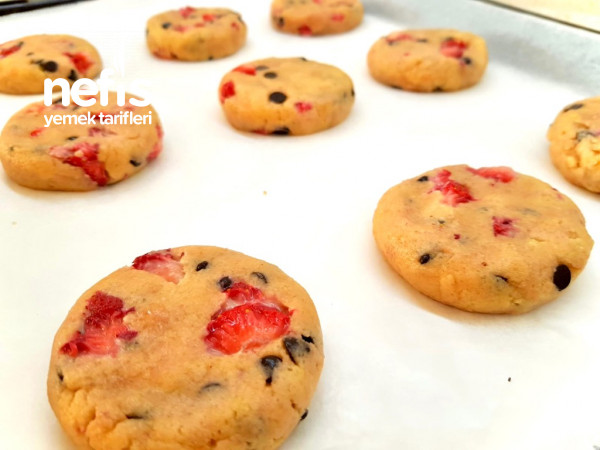 Çilekli Çikolatalı Dev Cookies