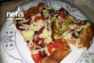 Pide Ekmekten Kolay Pastırmalı Pizza Tarifi