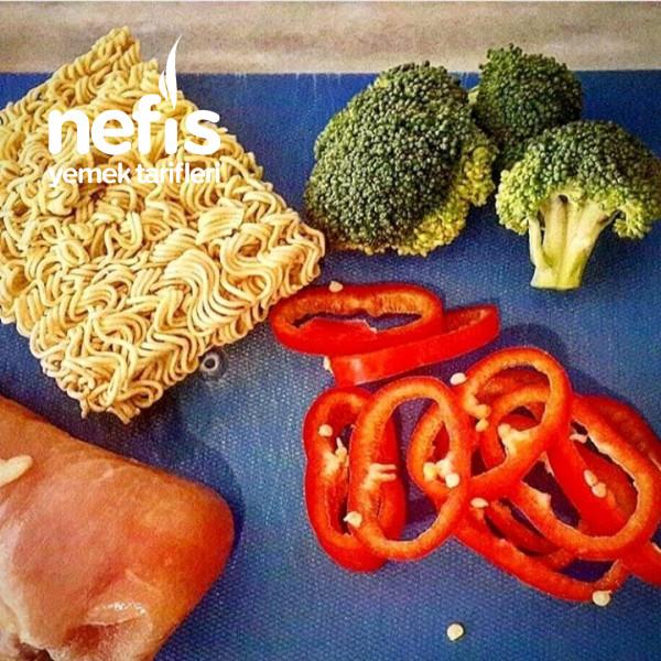 Brokoli Ve Tavuklu Noodle