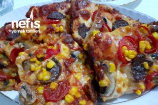 Fırın Tepsisinde Karışık Bol Malzemeli Pizza Tarifi