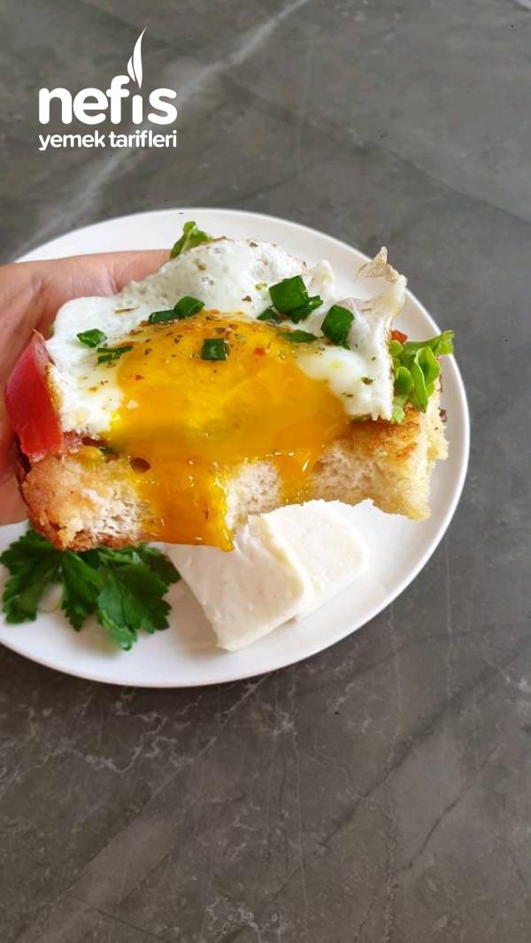 Gevrek ekmek üzeri yumurta