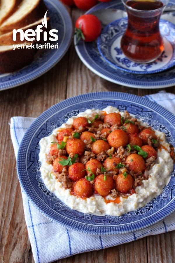 Közlenmiş Patlıcan Salatası Üzerinde Fellah Köftesi