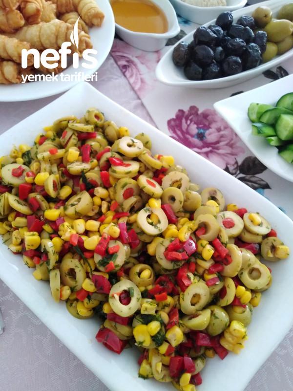 Kahvaltı Sofralarının Süsü Zeytin Salatası
