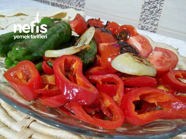 Et Yemeklerinin Yanına Közlenmiş Sebze Salatası