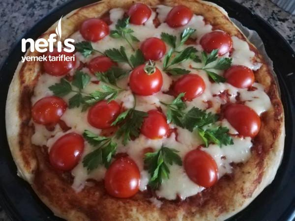 Domates Ve Kaşarlı Pizza
