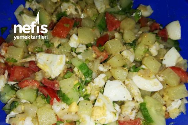 Domatesli Yumurtalı Leziz Patates Salatası Tarifi