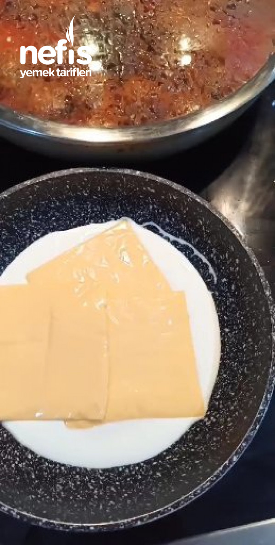 Püre Yatağında Peynir Soslu Köfte