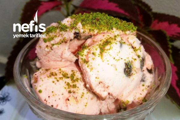 Çikolata Parçacıklı Bademli Çilekli Dondurma Tarifi
