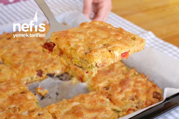 Hamur Yoğurmadan Bir Tepsi Kahvaltı Pizzası (videolu) Tarifi