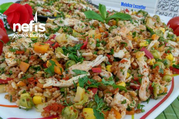 Tavuklu Garnitürlü Şehriye Salatası (Muhteşem Gün Salatası) Tarifi