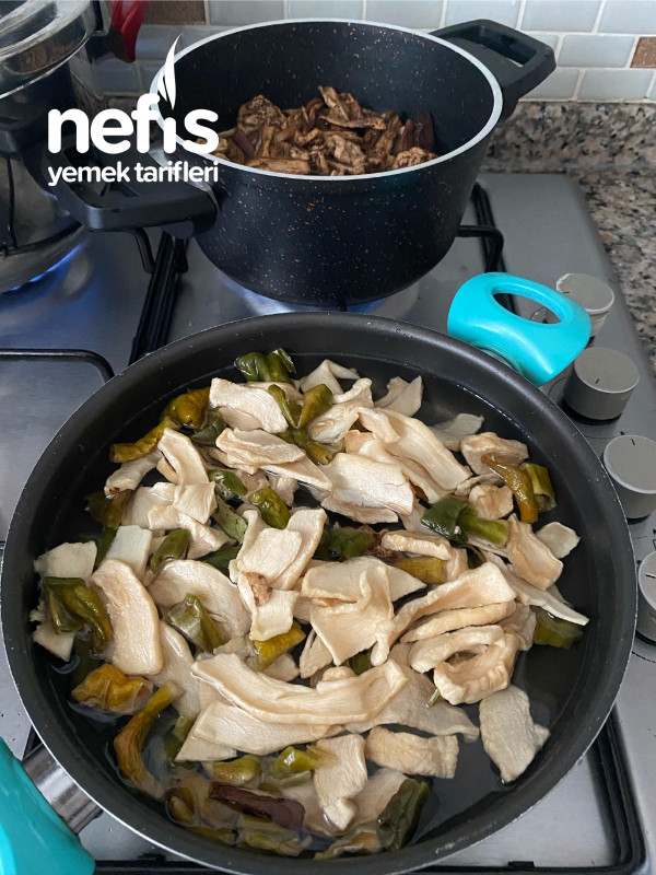 Kurutulmuş sebzelerin nefıs tadlarıyla hazırlanan tam bir kış yemegı kuru sebze kavurma