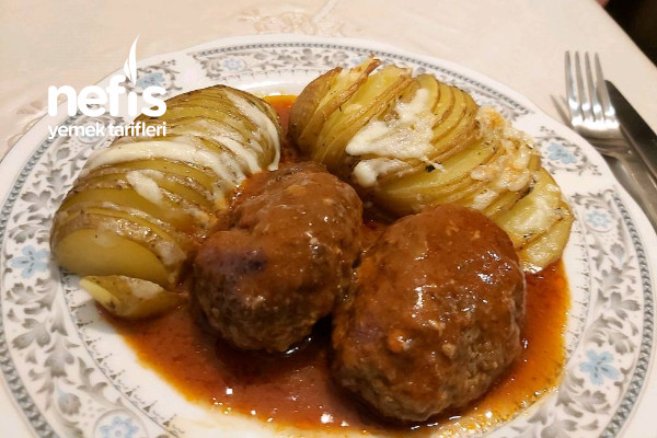 Salçalı Köfte (Yelpaze Patates Eşliğinde)