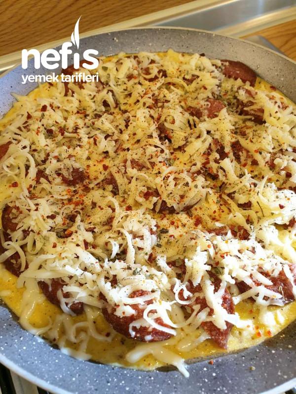 Kahvaltı için 10 Dakikada Mis Gibi Sucuklu Omlet Pizza