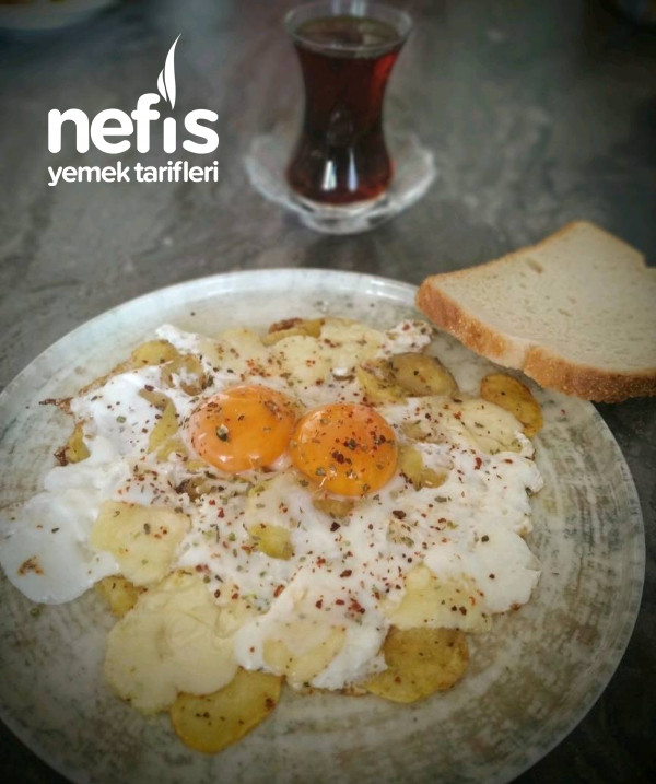 Kajun Baharatlı Patates Üstü Omlet