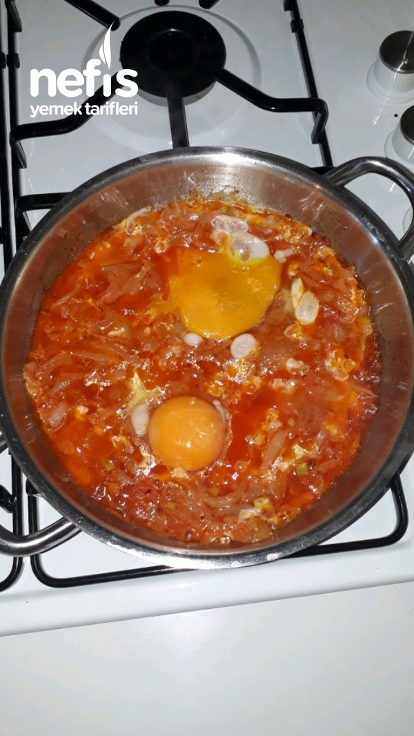 Sahanda Yumurtalı Salçalı Soğan Kavurması