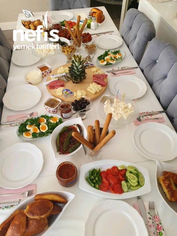 Kalabalık Aile Kahvaltısı