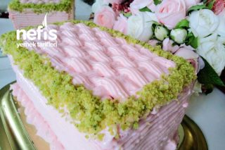 Gıda Boyasız Pembe Güzeli (Pastaneden Alınanı Aratmayan Kolay Yaş Pasta Yapımı 3 Katlı) Tarifi