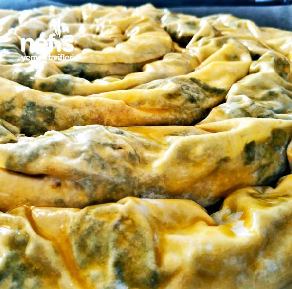 Hazır Yufkadan El Açması Lezzetinde Ispanaklı Börek