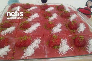 3 Katlı Pandispanyalı Kremalı Çilekli Pasta Tarifi