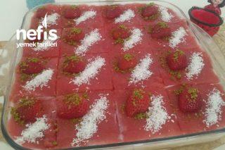 3 Katlı Pandispanyalı Kremalı Çilek Soslu Pasta Tarifi