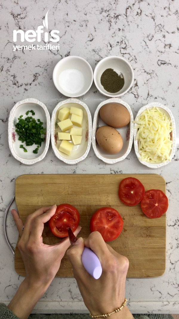 Kahvaltılık Yumurtalı Domates Çanağı