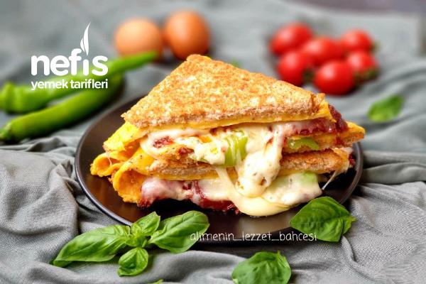 Harika Lezzetiyle Sucuklu Omlet Sandviç (Videolu)