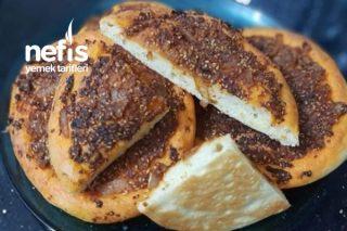 Acılı Ekmek Patates Salatası Ve Çayın Yanında Mükemmel Yumuşacık Acılı Ekmek Tarifi