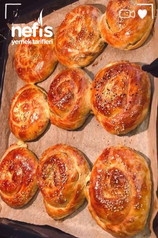 Krema Soslu Ispanaklı Börek